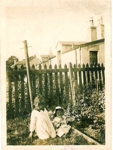 1917 Chrissie and Margaret Duncan at Enterkin