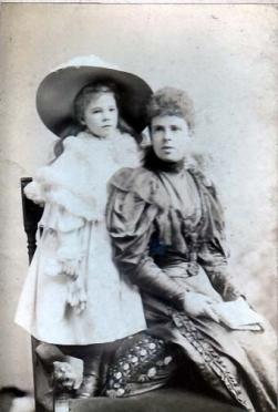 1900 Adelaide Cochrane and Catherine at Calderglen