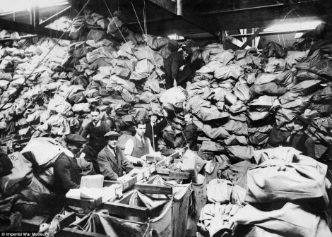 241e6d0600000578-2844718-effective_christmas_parcels_for_soldiers_at_the_front_stacked_up-a-10_1419425680101
